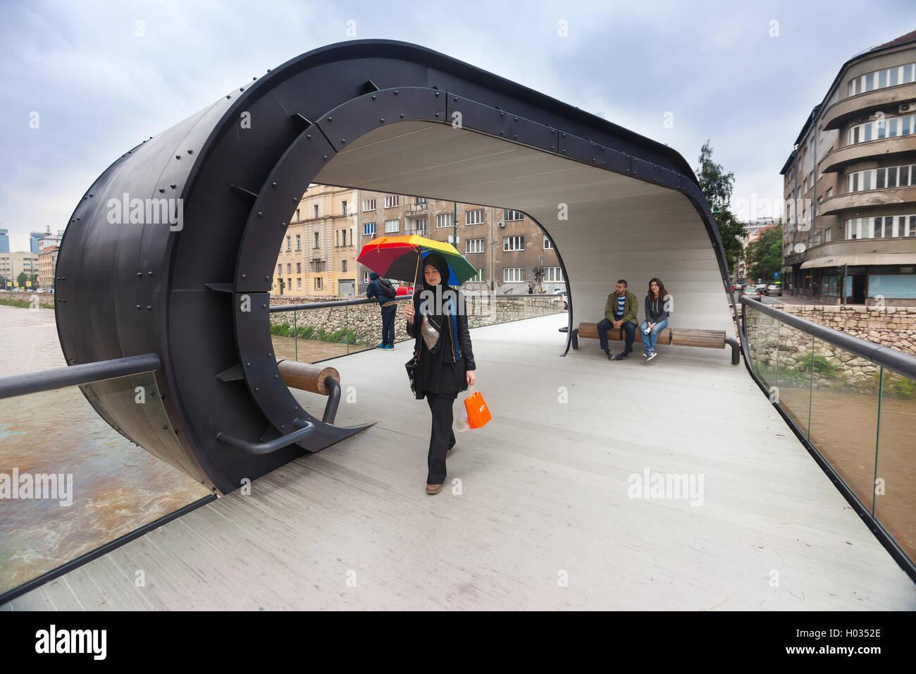 SARAJEVO, Bosnia y Herzegovina: Junio 19, 2014: la mujer musulmana con coloridos paraguas en Festina lente, puente Imagen De Stock