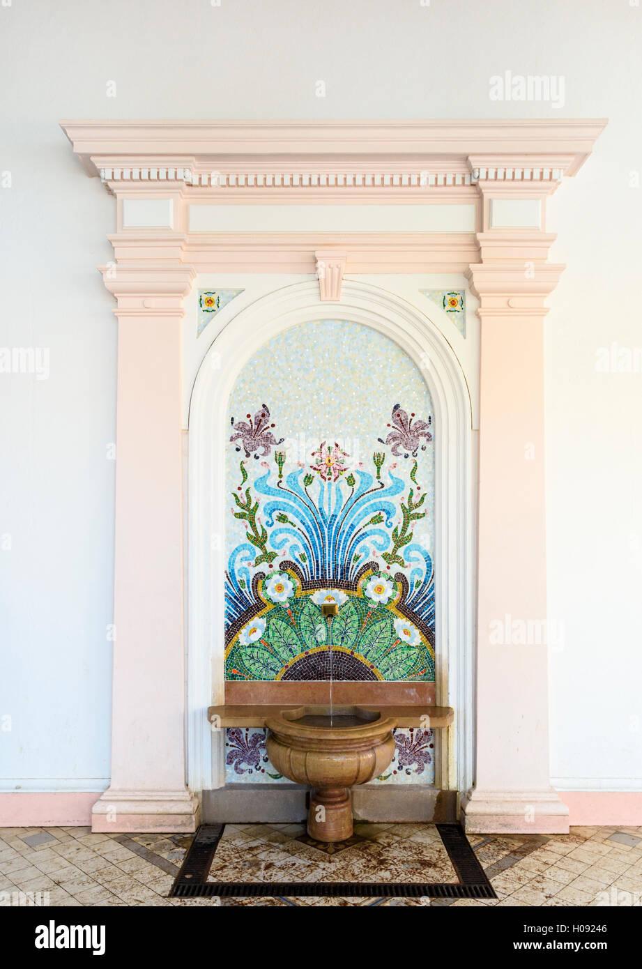 La fuente original de Evian agua de manantial, el Cachet primavera, Evian-les-Bains, Francia Imagen De Stock