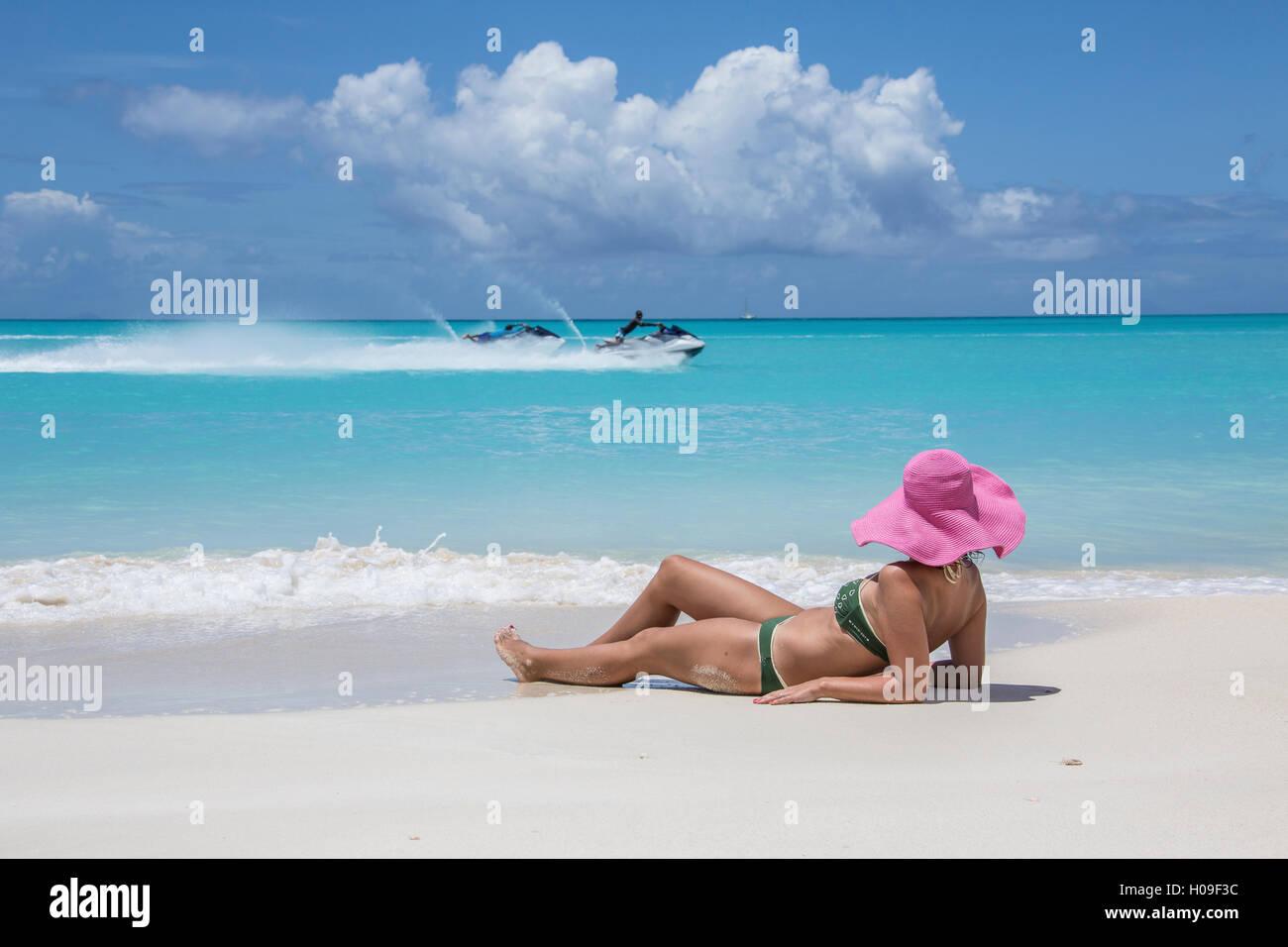 Turista admira las aguas azul turquesa del Mar Caribe, Jolly Beach, Antigua, Antigua y Barbuda, Islas de Sotavento, Imagen De Stock