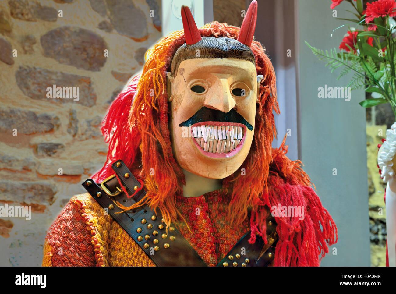 Portugal: máscara de madera tradicional en el 'Museu Iberico da Mascara de do Traje' en Braganca Imagen De Stock