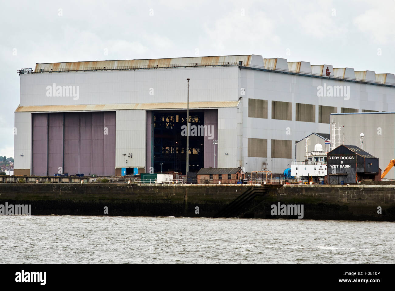 Edificio submarino astillero Cammell Laird en Birkenhead hall Liverpool Merseyside UK Imagen De Stock