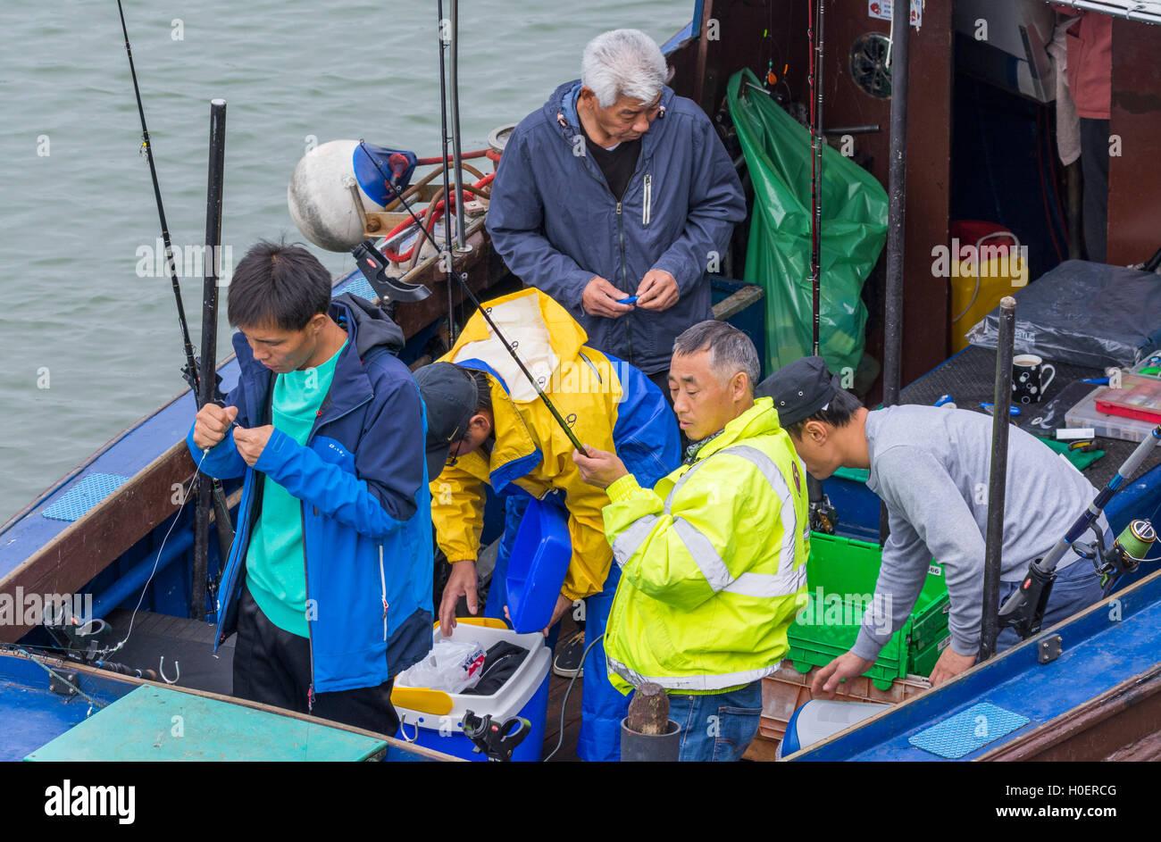 Grupo de pescadores en un barco de la preparación para un viaje de pesca. Imagen De Stock
