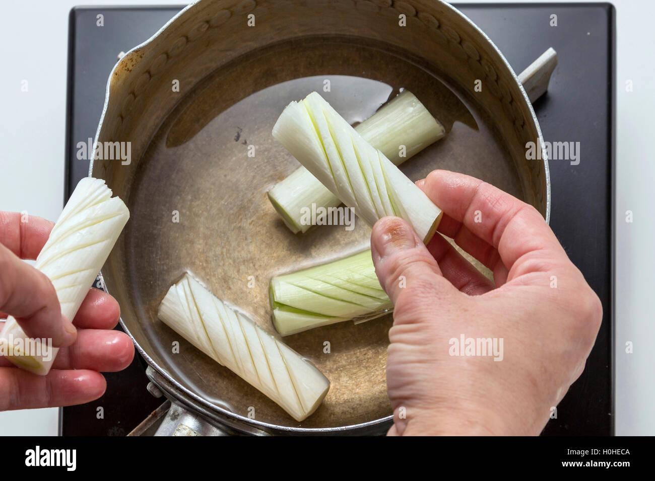Preparación de la cebolla para cocinar en la cocina Imagen De Stock