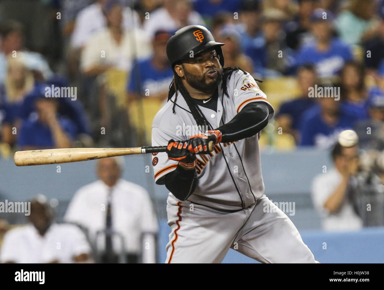 Los Angeles, California, EEUU. 20 Sep, 2016. San Francisco Giants catcher Johnny Cueto golpea la bola contra Los Imagen De Stock
