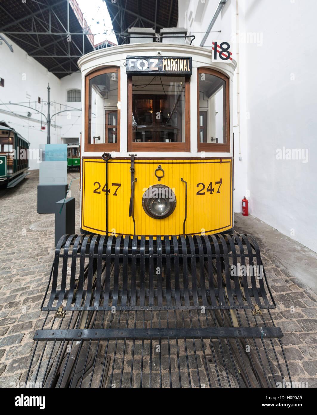 Antiguo tranvía amarillo, el museo del tranvía, Museu do carro Electrico da Cidade do Porto, Porto, Portugal Imagen De Stock