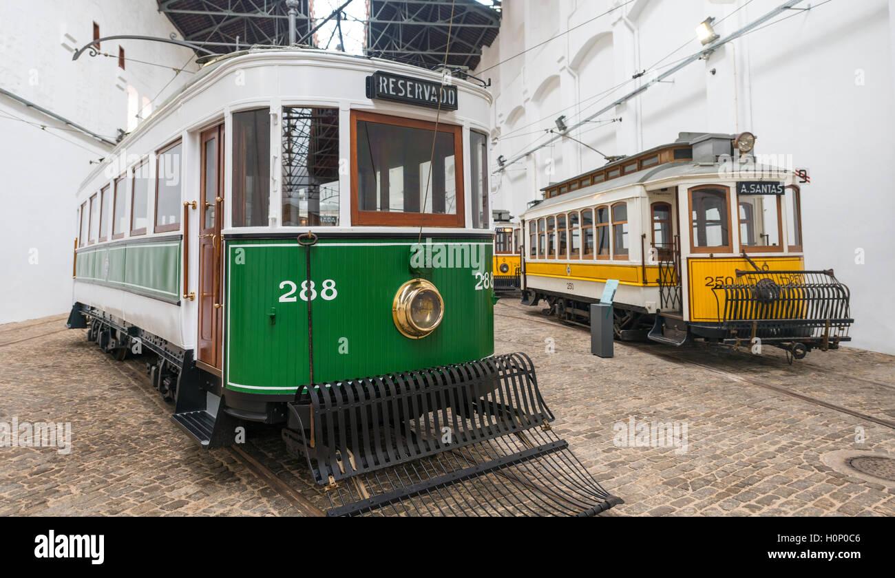 Viejos tranvías, Museo del tranvía, Museu do carro Electrico da Cidade do Porto, Porto, Portugal Imagen De Stock