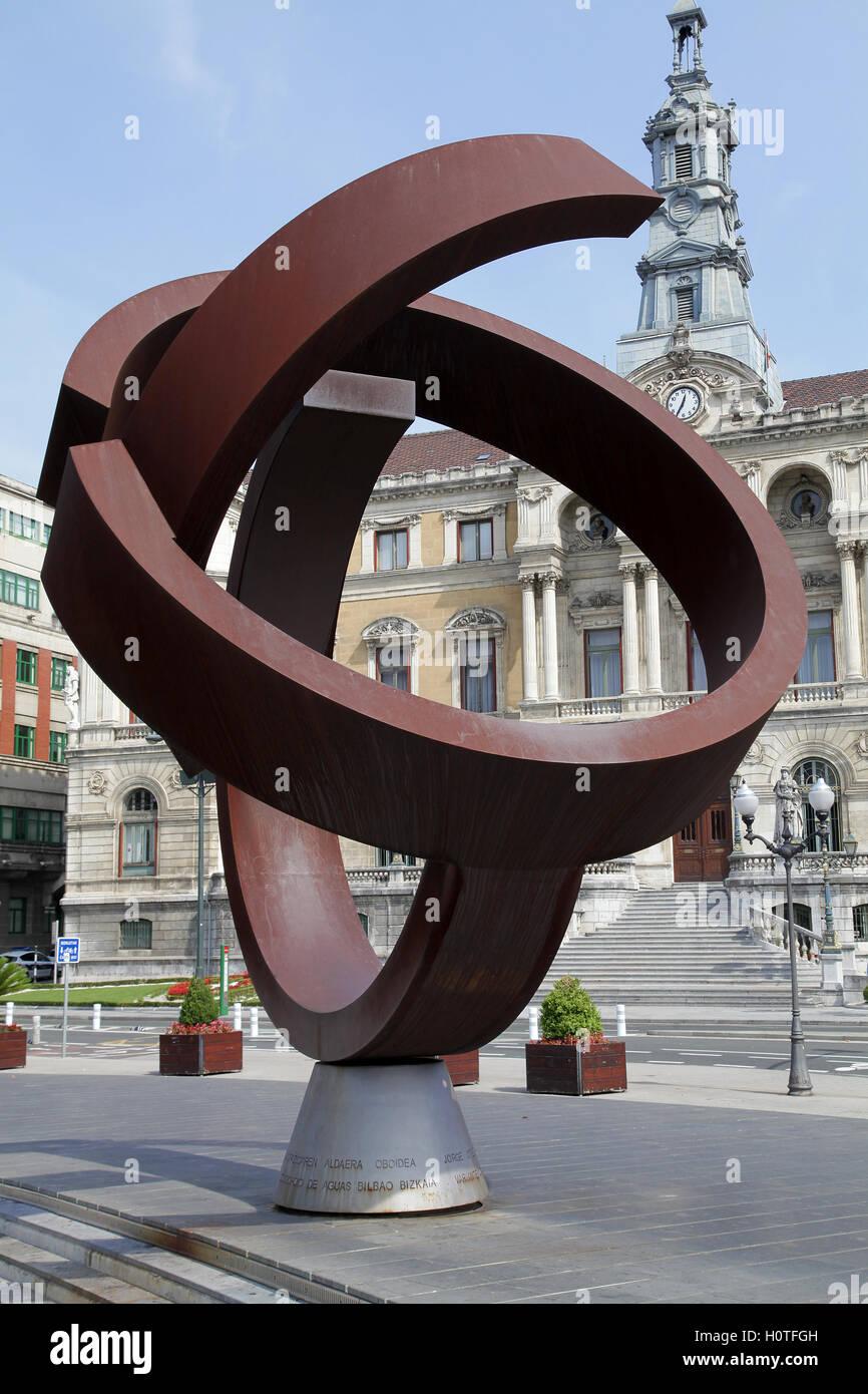 La escultura de Jorge Oteiza ovoide alternativo.En frente del Ayuntamiento de Bilbao, España Imagen De Stock