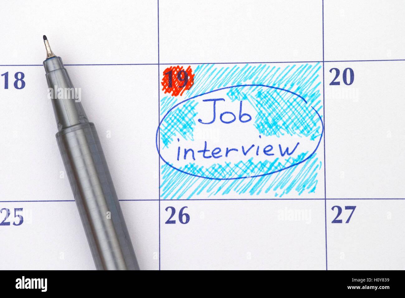 Entrevista de trabajo recordatorio en el calendario con lápiz azul. Foto de stock