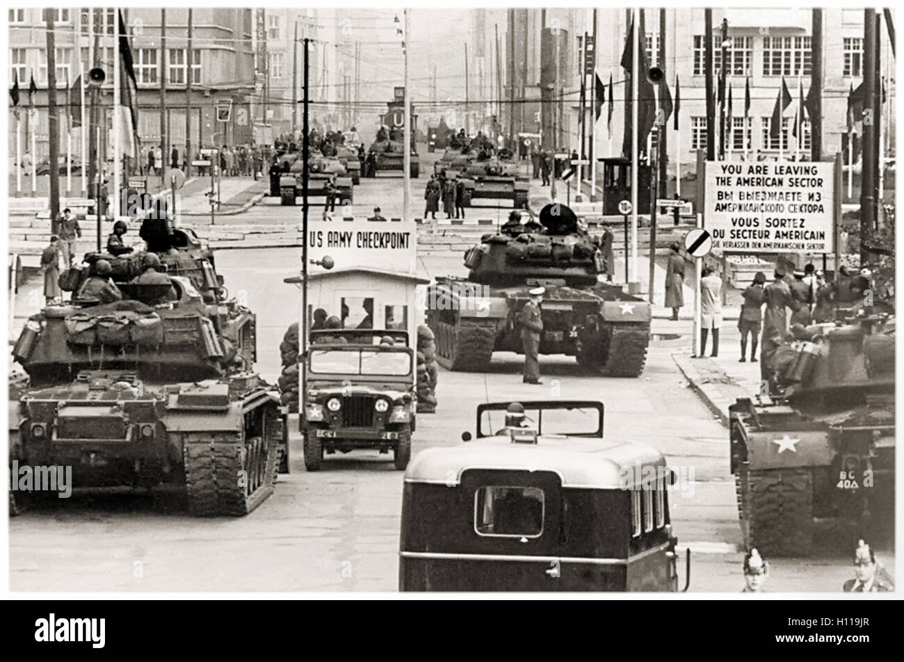 Checkpoint Checkpoint Charlie (C) punto de cruce entre Berlín Oriental y Occidental durante la Crisis de Berlín Imagen De Stock