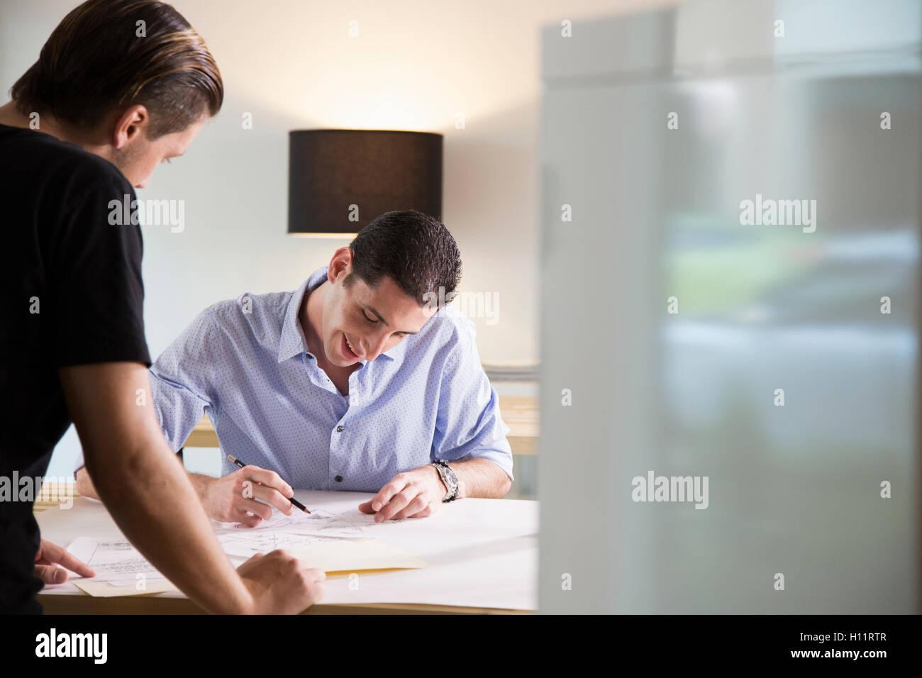 Dos hombres que trabajaban en una oficina moderna Foto de stock