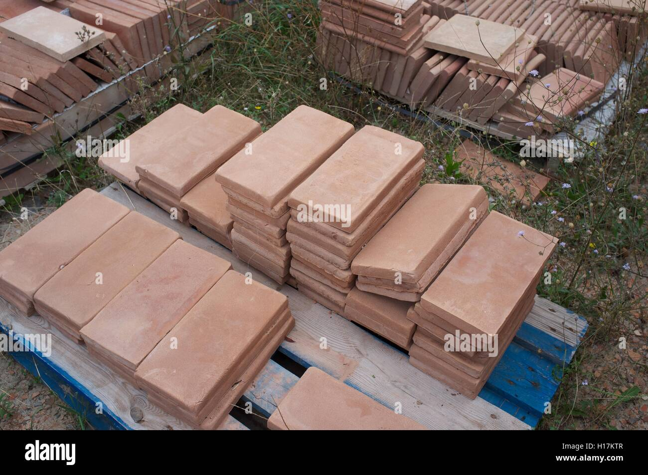 Azulejos de terracota hechos a mano en la fábrica en la Toscana Imagen De Stock
