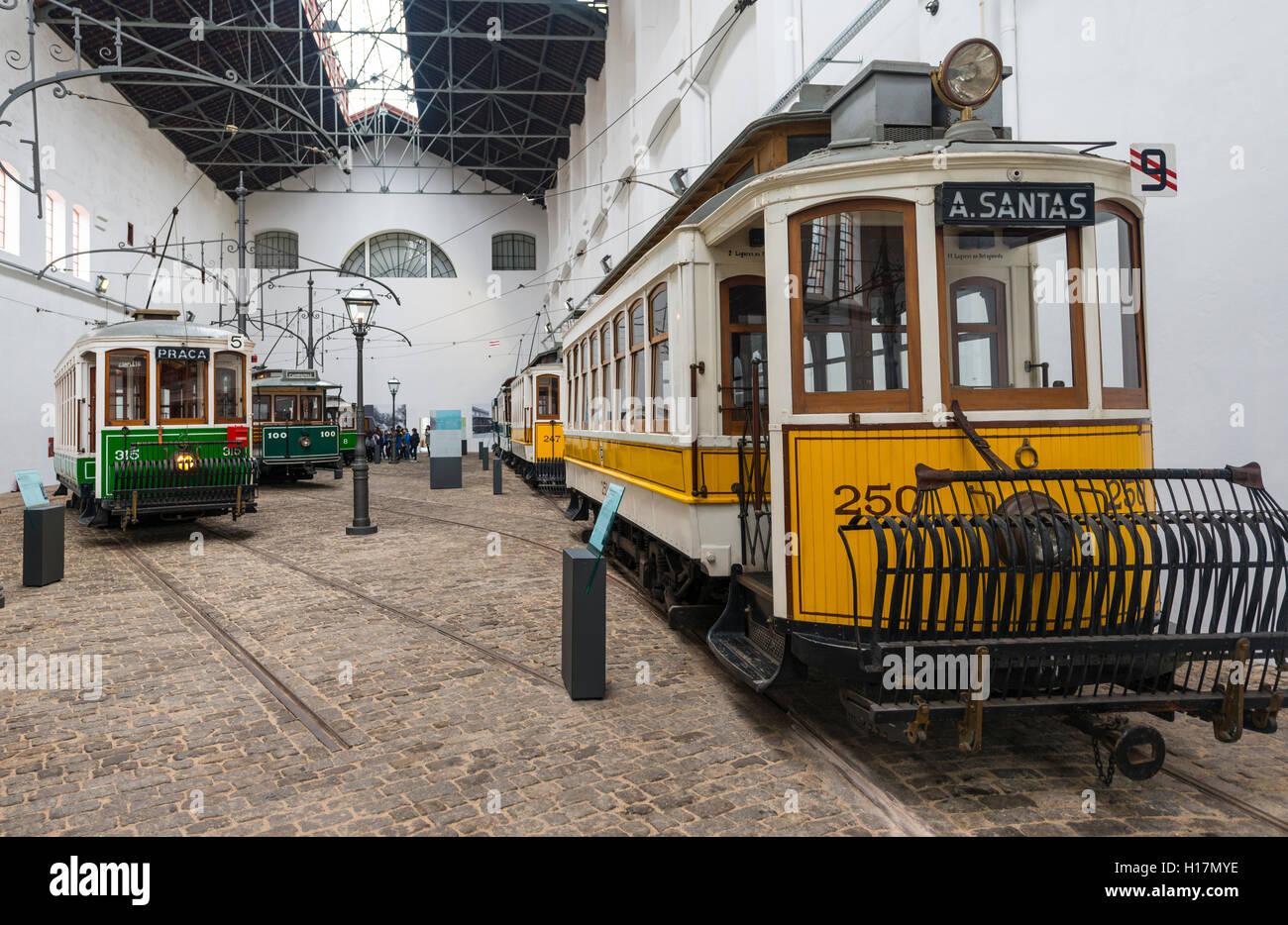 Viejos tranvías amarillos, Museo del tranvía, Museu do carro Electrico da Cidade do Porto, Porto, Portugal Imagen De Stock