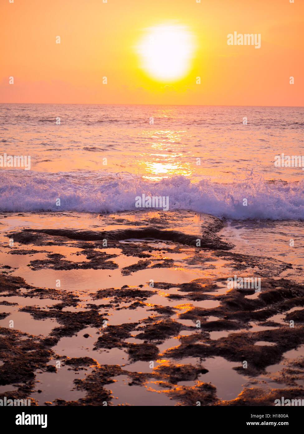 Sunset iat Tanah Lot, Bali, Indonesia Foto de stock