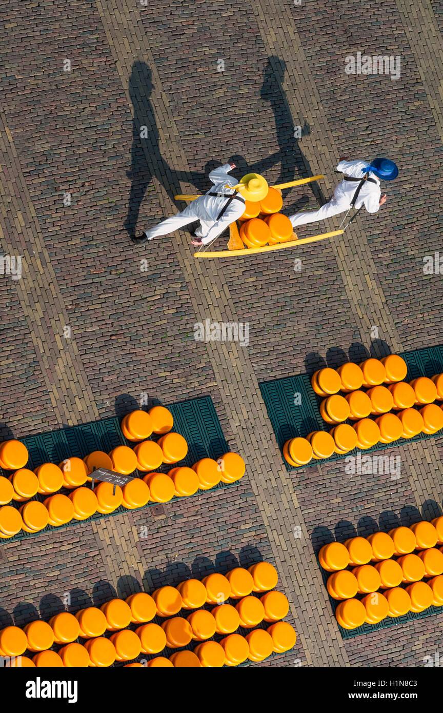 Los transportistas en mercado de quesos de Alkmaar, visto desde arriba Imagen De Stock