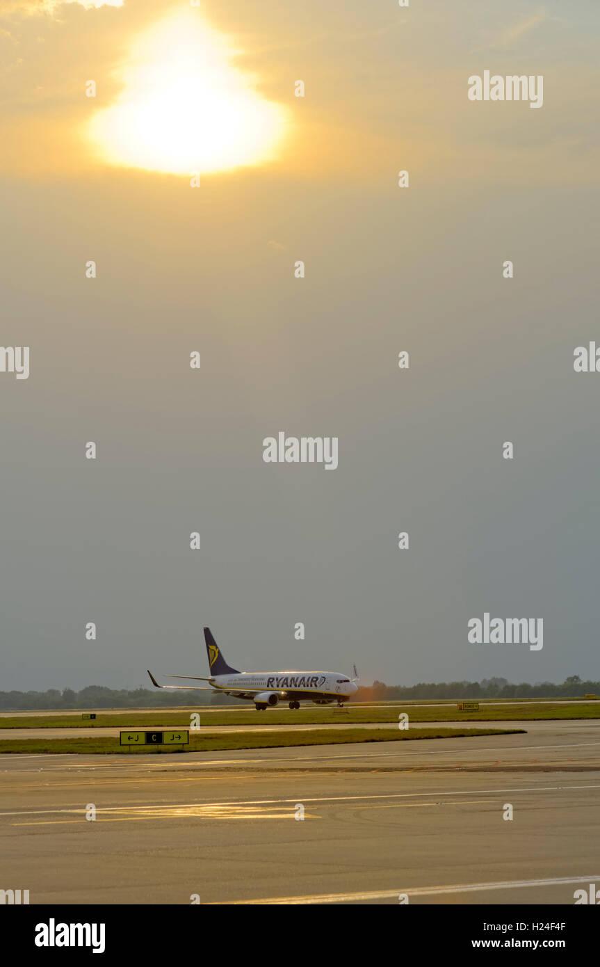RYAN AIR Avión en la pista de aterrizaje en el aeropuerto de Stansted Imagen De Stock