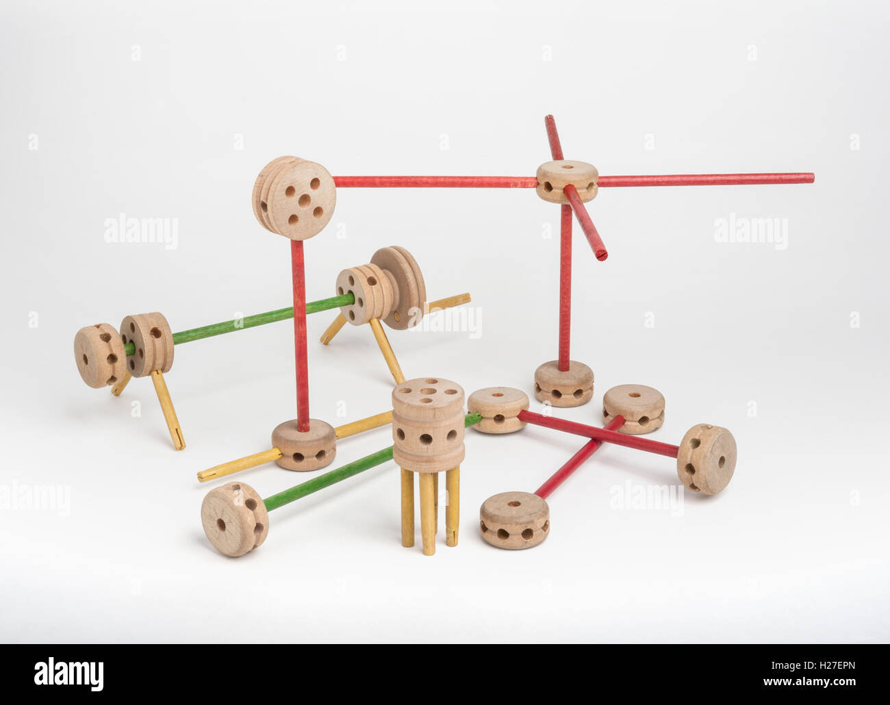 Tinker Toys sobre fondo blanco. Imagen De Stock