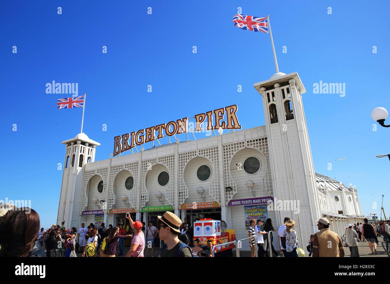 La entrada de la icónica Palace Pier, en Brighton, en un cálido día de verano, en East Sussex, Inglaterra, Imagen De Stock