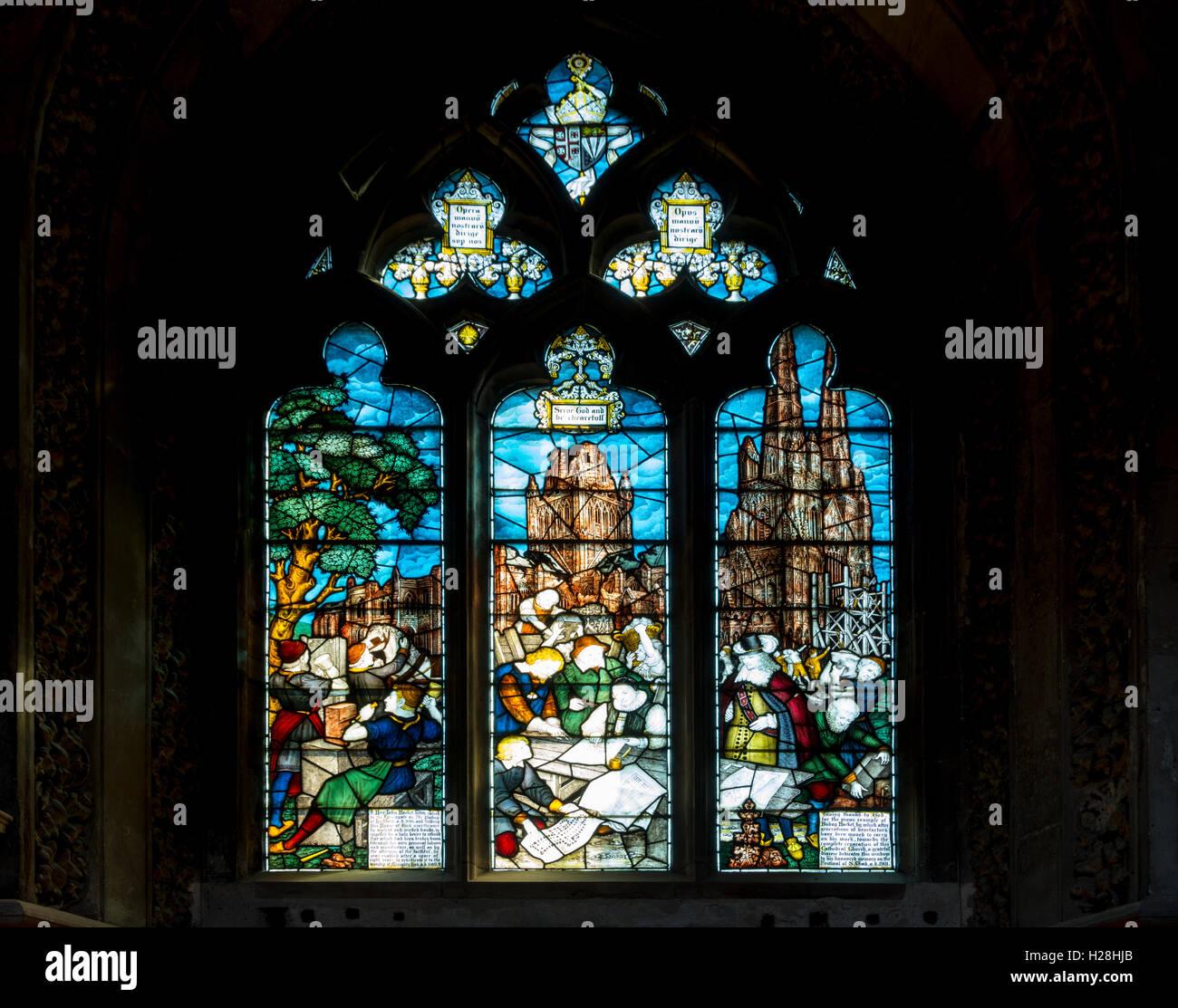 Vidriera mostrando los daños sufridos durante la Guerra Civil, la Catedral de Lichfield, Lichfield, Staffordshire, Inglaterra, Reino Unido. Foto de stock