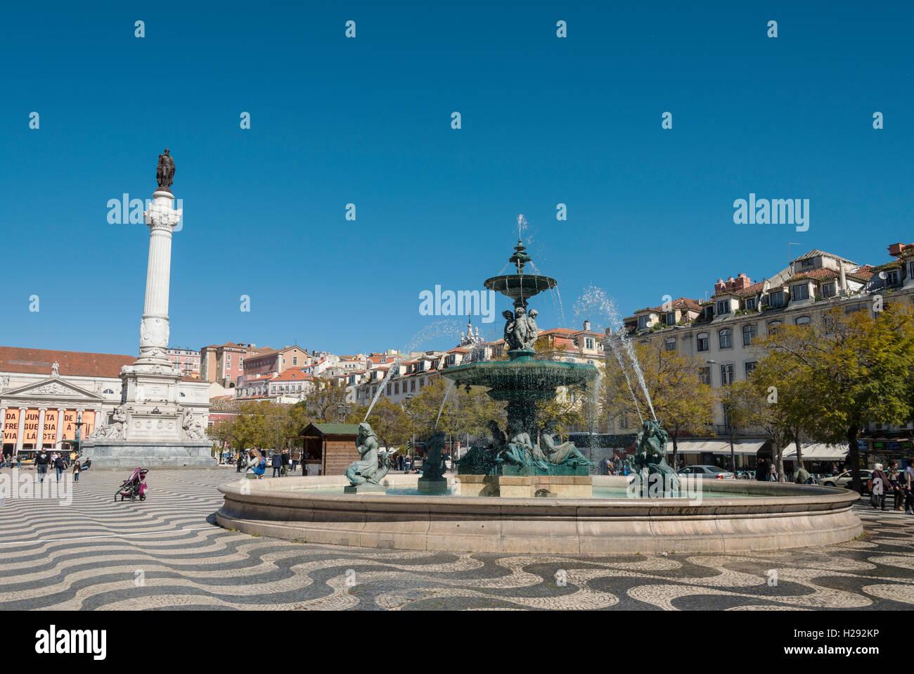 Fuente, fuente de bronce con monumento Dom Pedro IV, en el Teatro Nacional, La Plaza de Rossio, Lisboa, Portugal Imagen De Stock