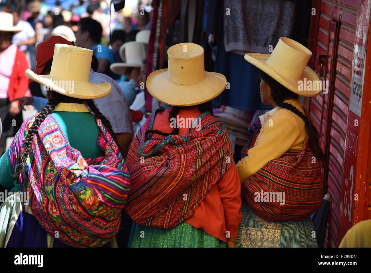 Mujer quechua de Caraz ponerse sombreros distintivos en ruta hacia el  mercado local Perú Imagen De 8aac0063fc3