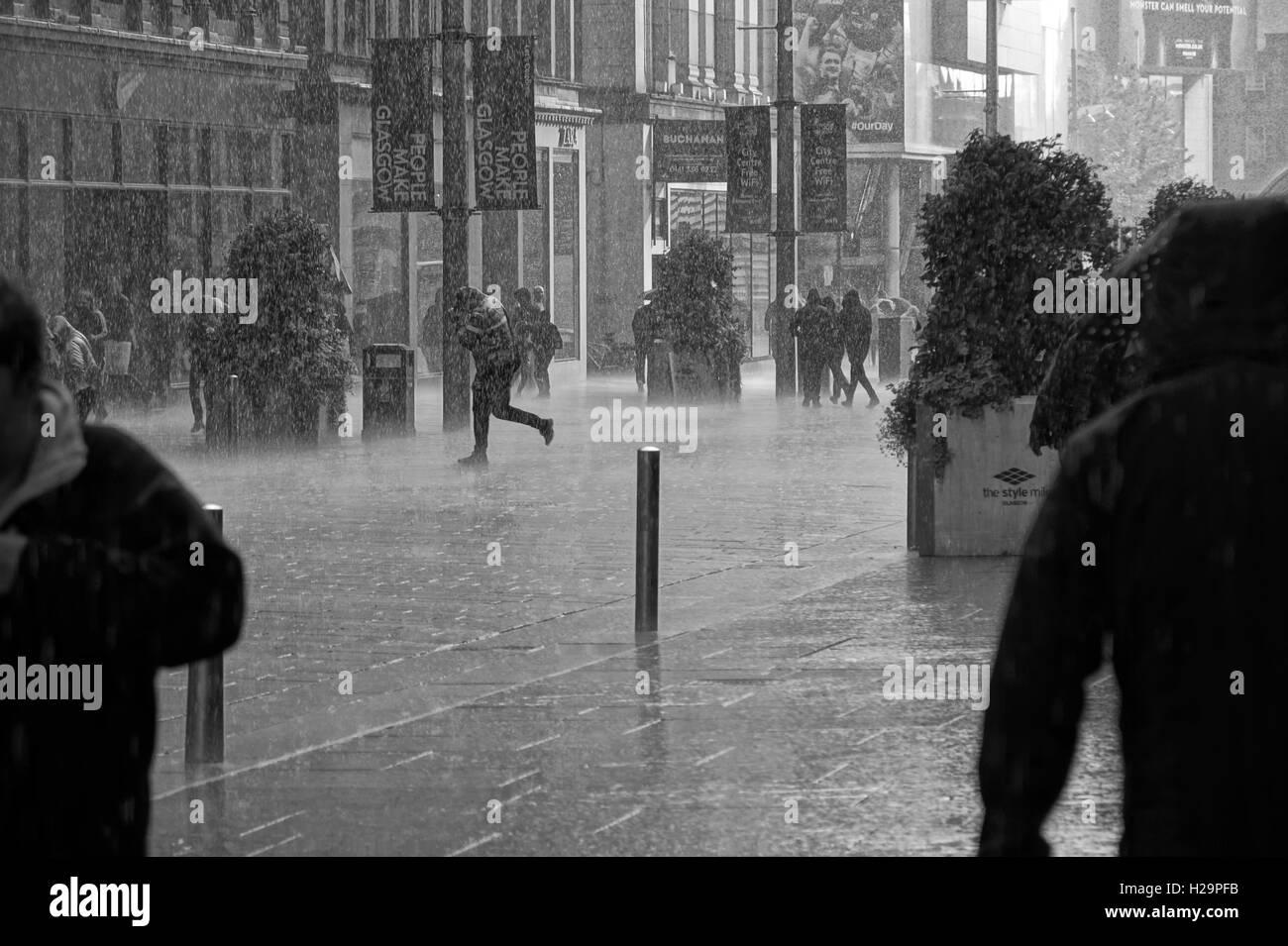 Las lluvias torrenciales de Glasgow City Centre Imagen De Stock