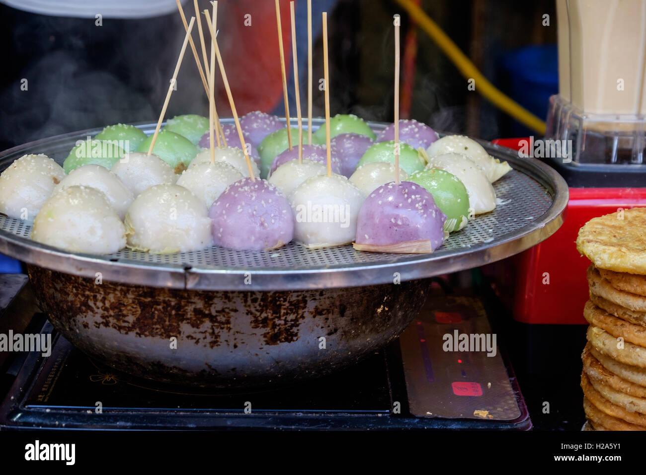 Cocido tradicional arroz pegajoso comida callejera en China Foto de stock