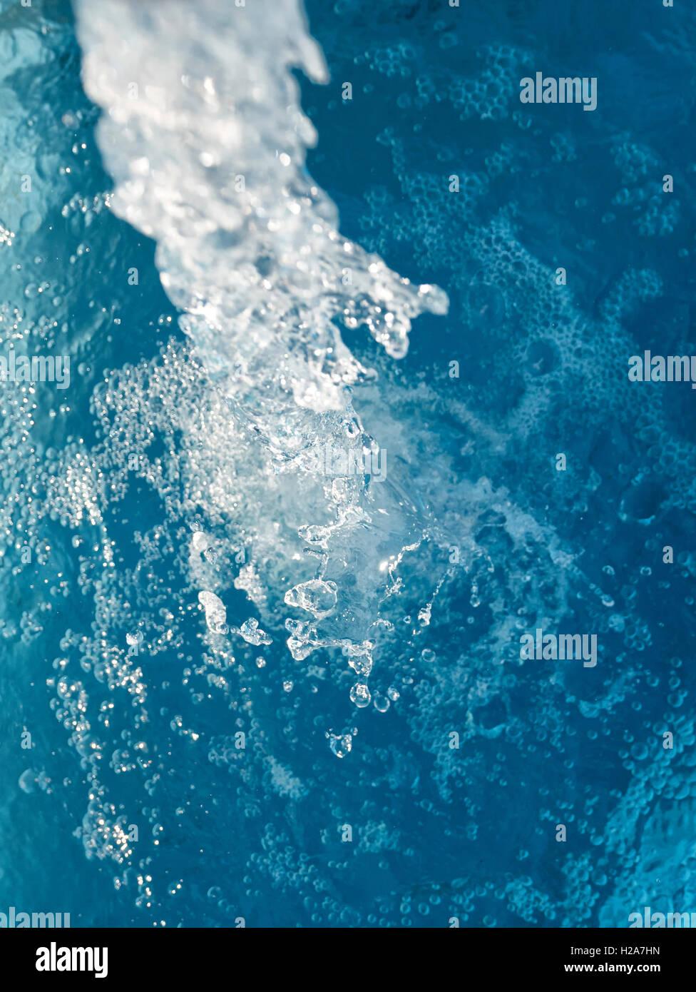 El agua que fluye, oxigenación de las burbujas de aire. Imagen De Stock