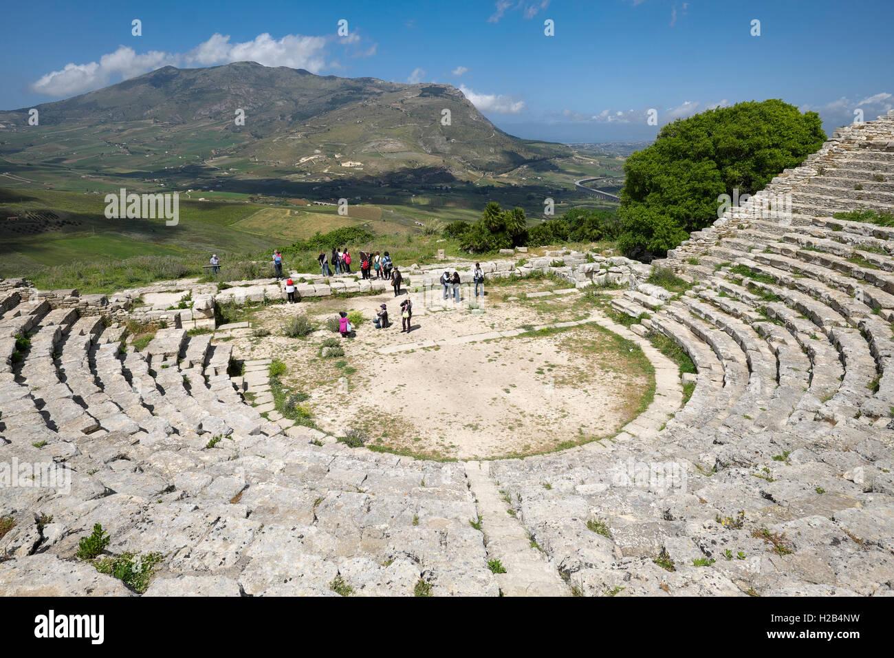 El Anfiteatro, el teatro antiguo de Segesta, provincia de Trapani, Sicilia, Italia Imagen De Stock