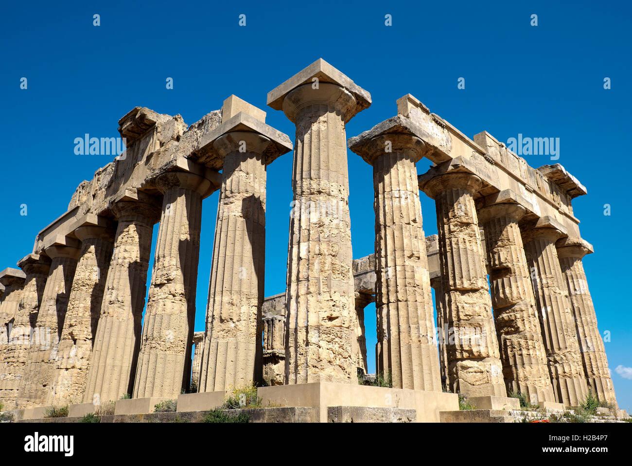 Antiguo templo griego E, el Parque Arqueológico de Selinunte, Selinunte, en Sicilia, Italia Foto de stock