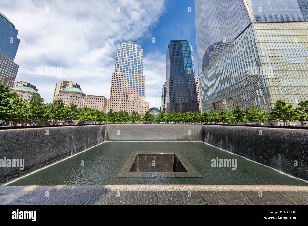 Vista de la piscina, la piscina reflectante del norte, y la Torre de la libertad en Ground Zero. Imagen De Stock