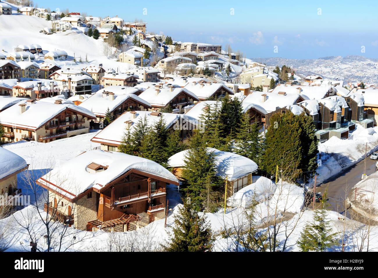 Mzaar Kfardebian ski resort en el Líbano durante el invierno, cubierto de nieve. También se llama Faraya. Imagen De Stock