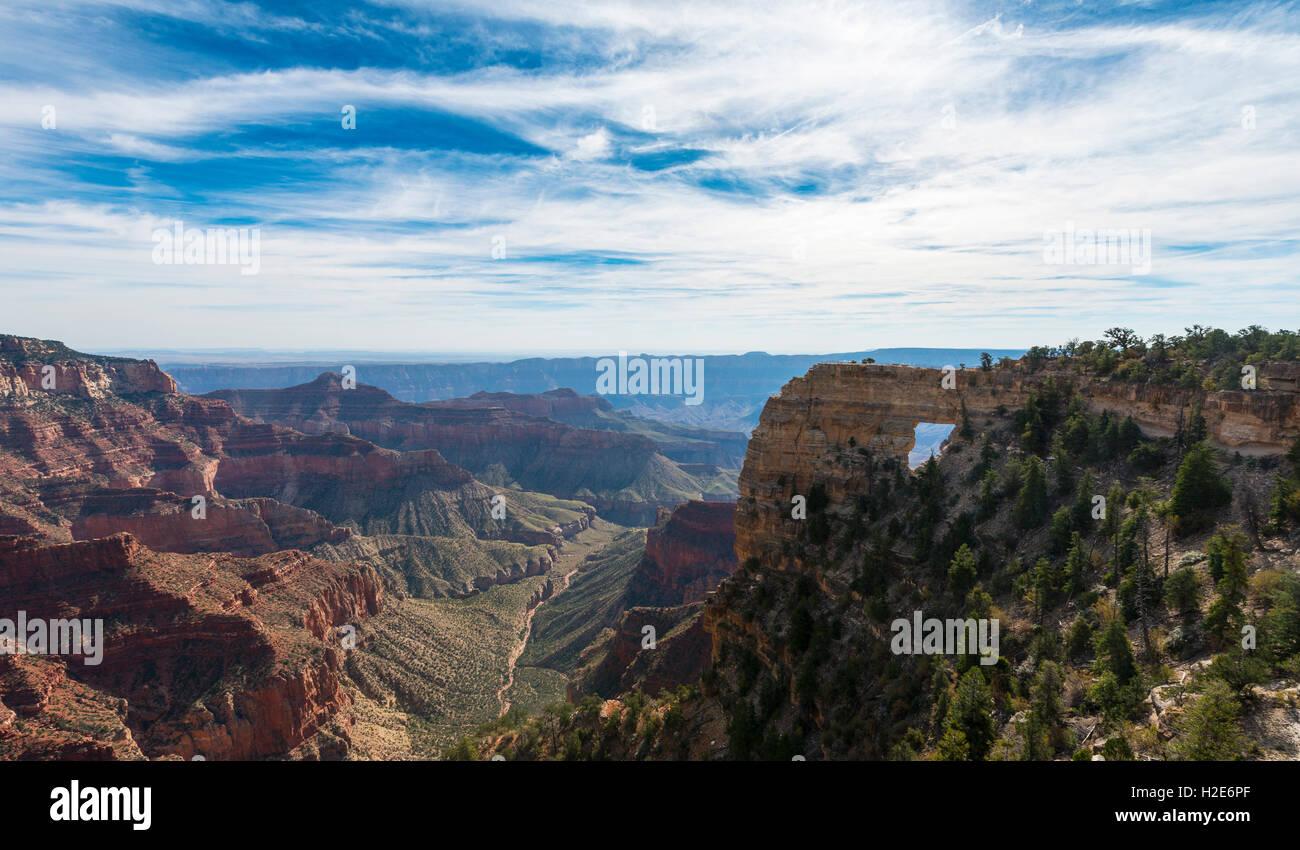 Angel Ventana, Bright Angel Point, North Rim, el Parque Nacional del Gran Cañón, Arizona, EE.UU. Imagen De Stock