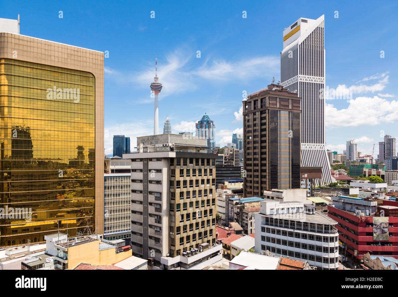 Paisaje urbano de Kuala Lumpur por el distrito financiero de la ciudad capital de Malasia con la torre KL en el Imagen De Stock