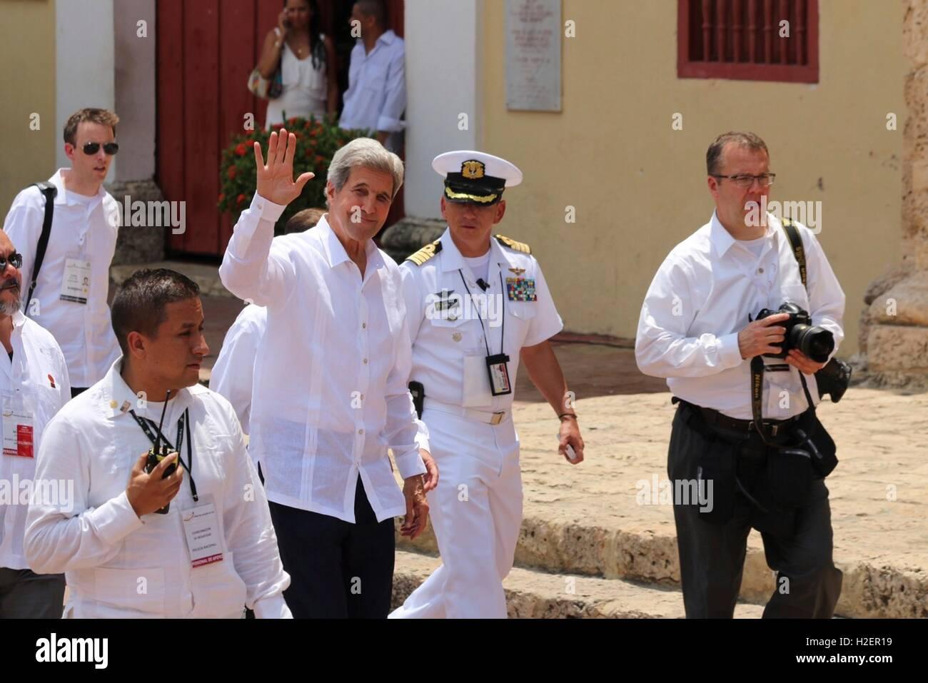 El Secretario de Estado de Estados Unidos, John Kerry olas como él llega por la paz ceremonia en la Iglesia San Pedro Claver de Septiembre 26, 2016 en Cartagena, Colombia. Kerry está en Colombia que asistieron a una ceremonia de paz entre el gobierno colombiano y las Fuerzas Armadas Revolucionarias de Colombia (FARC) que puso fin a cinco décadas de conflicto. Foto de stock