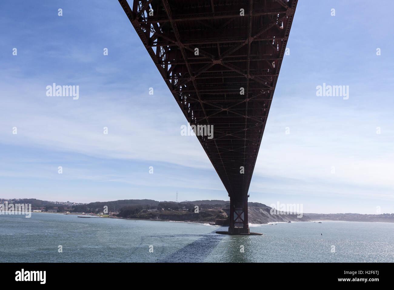 Bajo el puente Golden Gate en la Bahía de San Francisco. Imagen De Stock