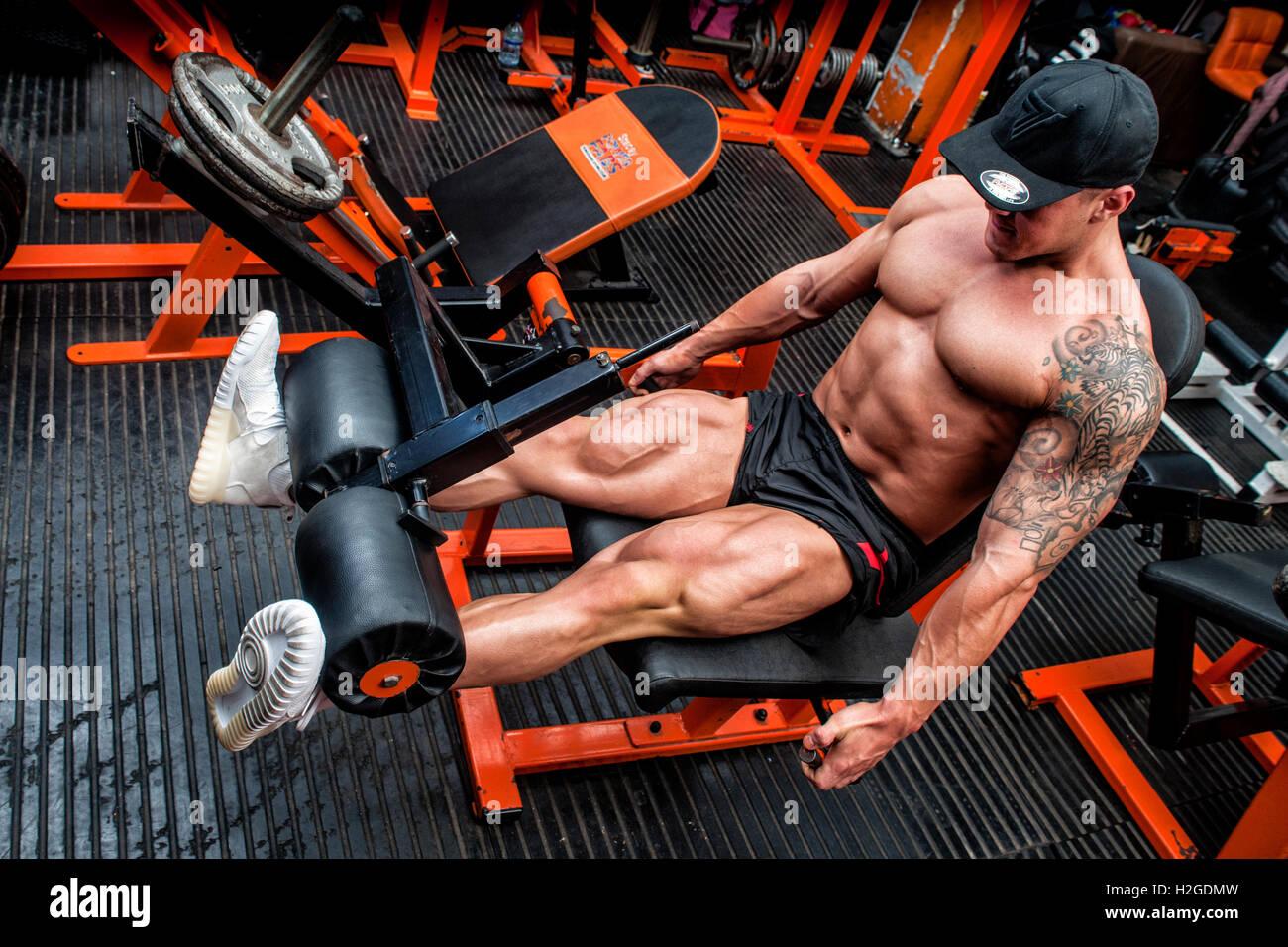 El carrocero haciendo pierna curl en el gimnasio. Imagen De Stock
