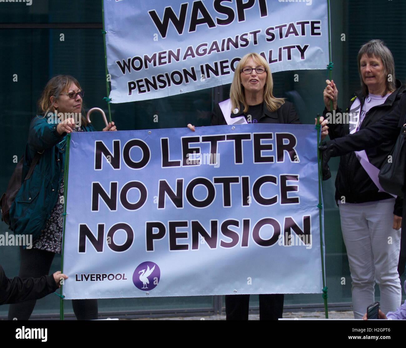 """""""Waspi' manifestantes en la conferencia anual del Partido Laborista. Un grupo de mujeres desfavorecidas por cambios en los derechos de pensión demostrar fuera del Liverpool Echo Arena. Son un grupo Waspi campaña que lucha contra la injusticia hecha a las mujeres nacidas en 1950 (en o después del 6 de abril de 1951) con respecto a los cambios de su estado, la edad de jubilación. Los informes sugieren que hay """"grieta de luz"""" para la """"Waspi"""" (Mujeres contra la pensión estatal desigualdad) Foto de stock"""