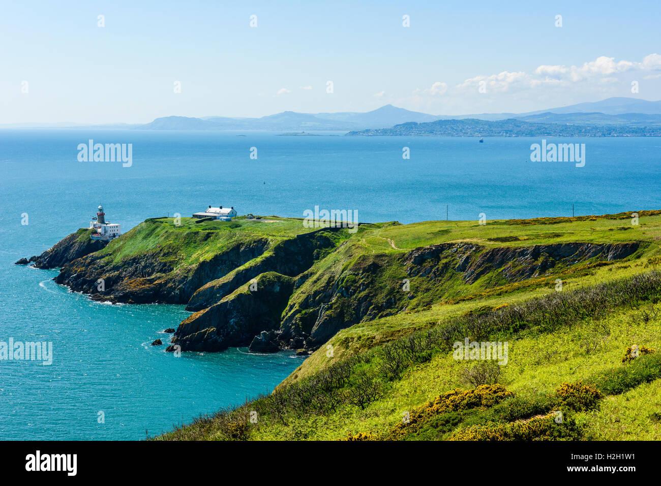 Vista desde Howth cruzando la bahía de Dublín, Irlanda, en el faro de Baily, Dalkey Cabeza y Isla a Wicklow Mountains Foto de stock