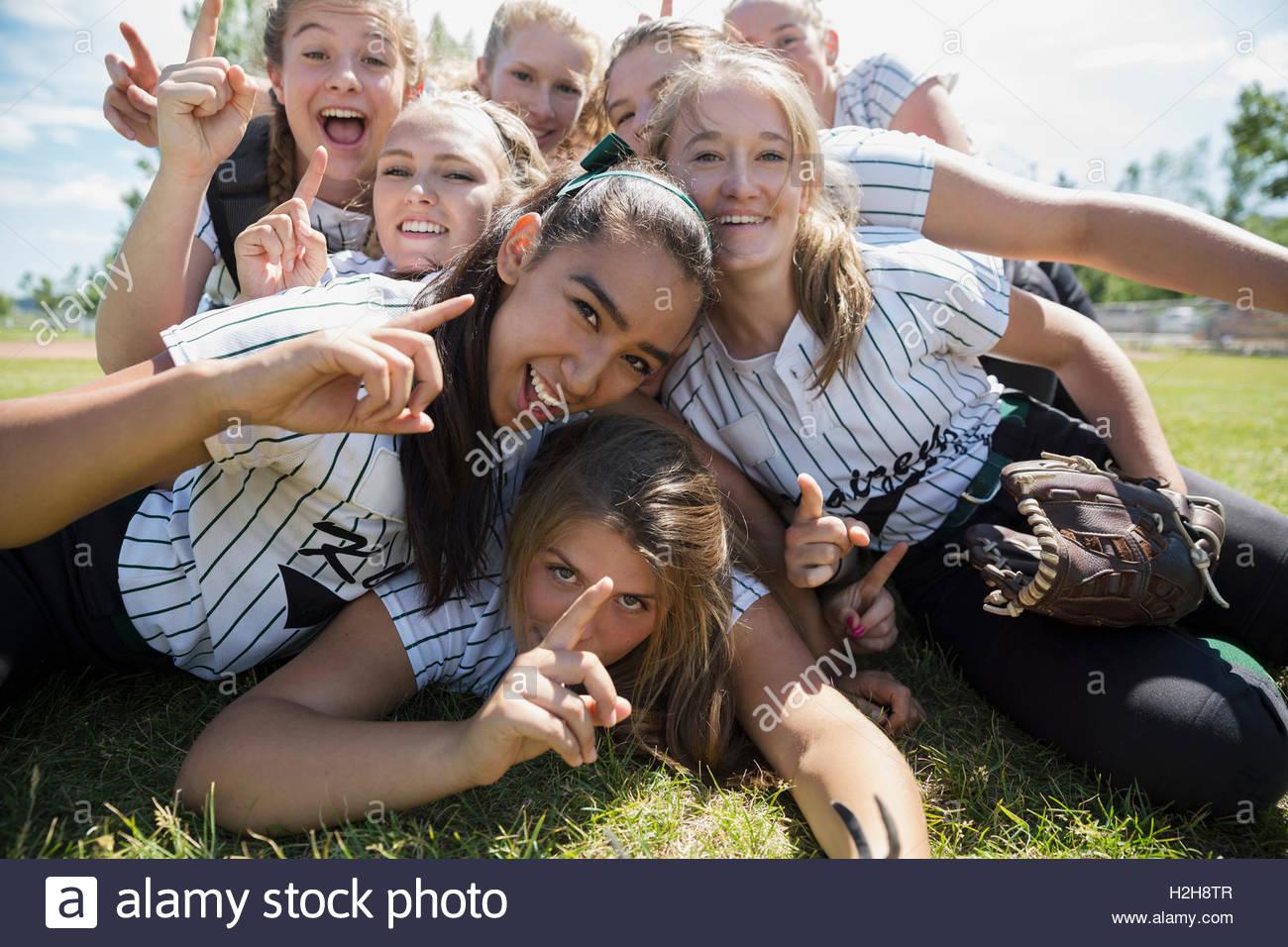 Retrato seguros middle school girl softball gesticulando número 1 en el campo Imagen De Stock
