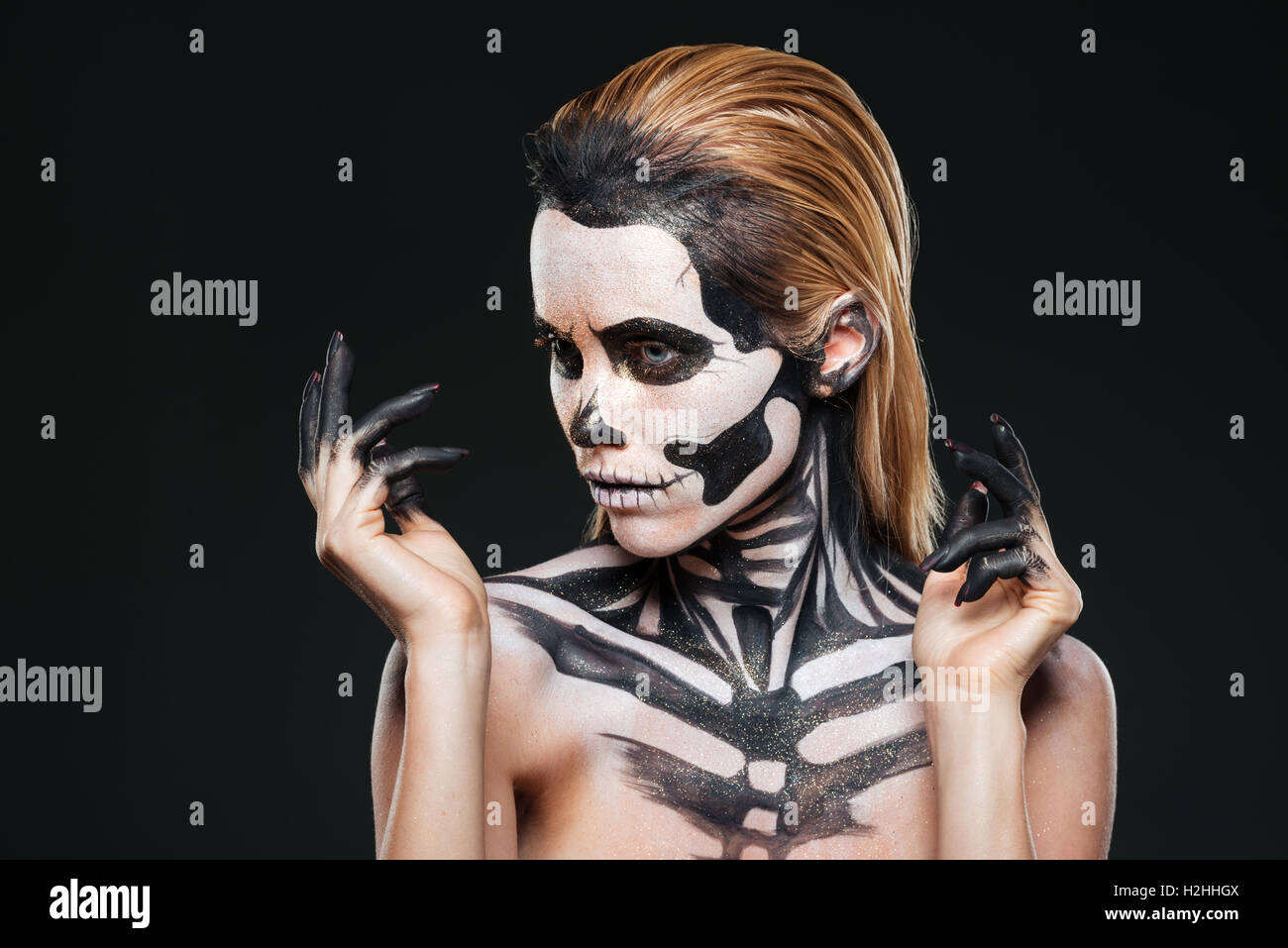 Retrato de chica con miedo halloween maquillaje sobre fondo negro Foto de stock