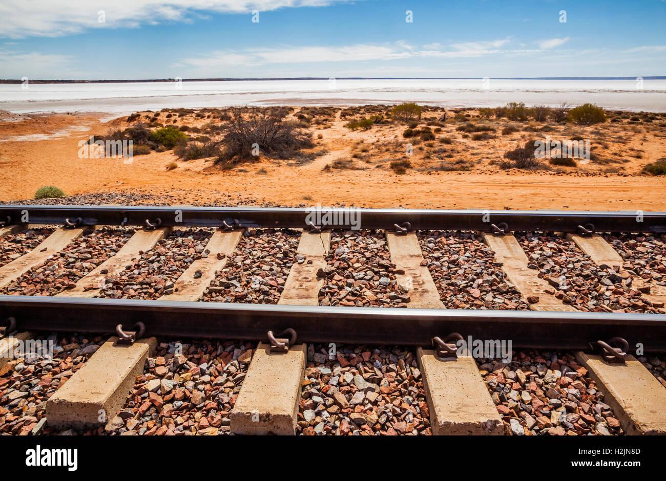 Vía férrea del nuevo Ghan en Lake Hart, cerca de la autopista Stuart, South Australia Imagen De Stock