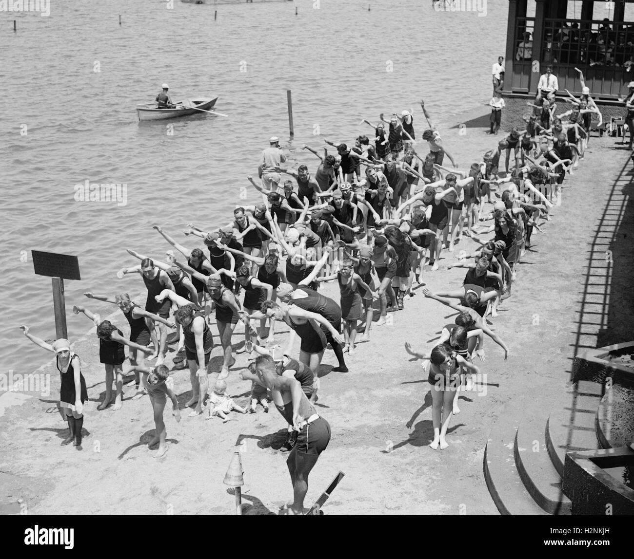 Las clases de natación en la playa para bañarse, Washington DC, EE.UU., National Photo Company, julio de 1922 Foto de stock
