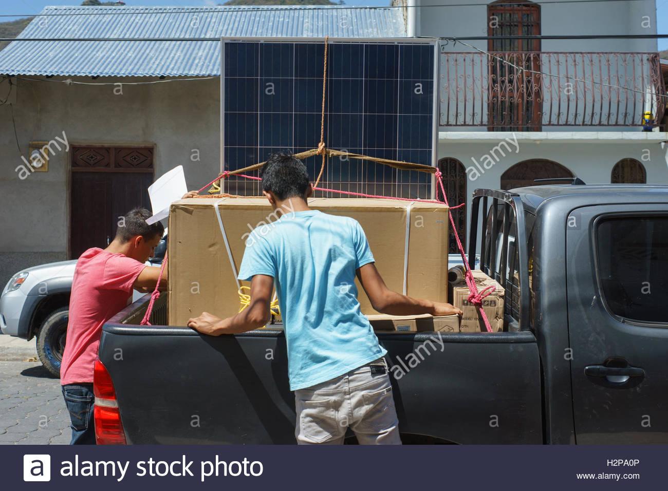 Los hombres cargando paneles solares en Jinotega, Nicaragua Imagen De Stock