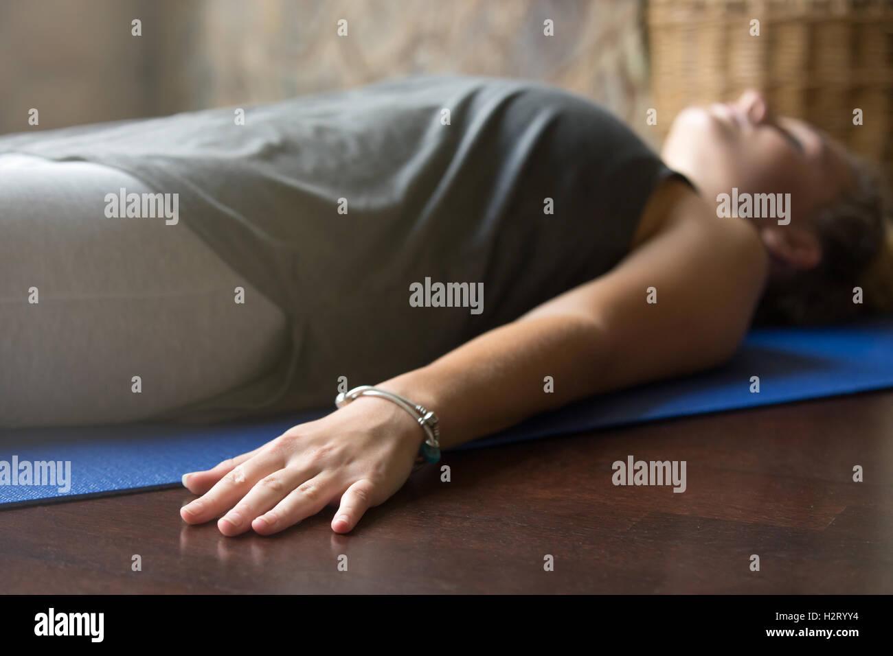 Yoga en casa: Cadáver plantean Imagen De Stock