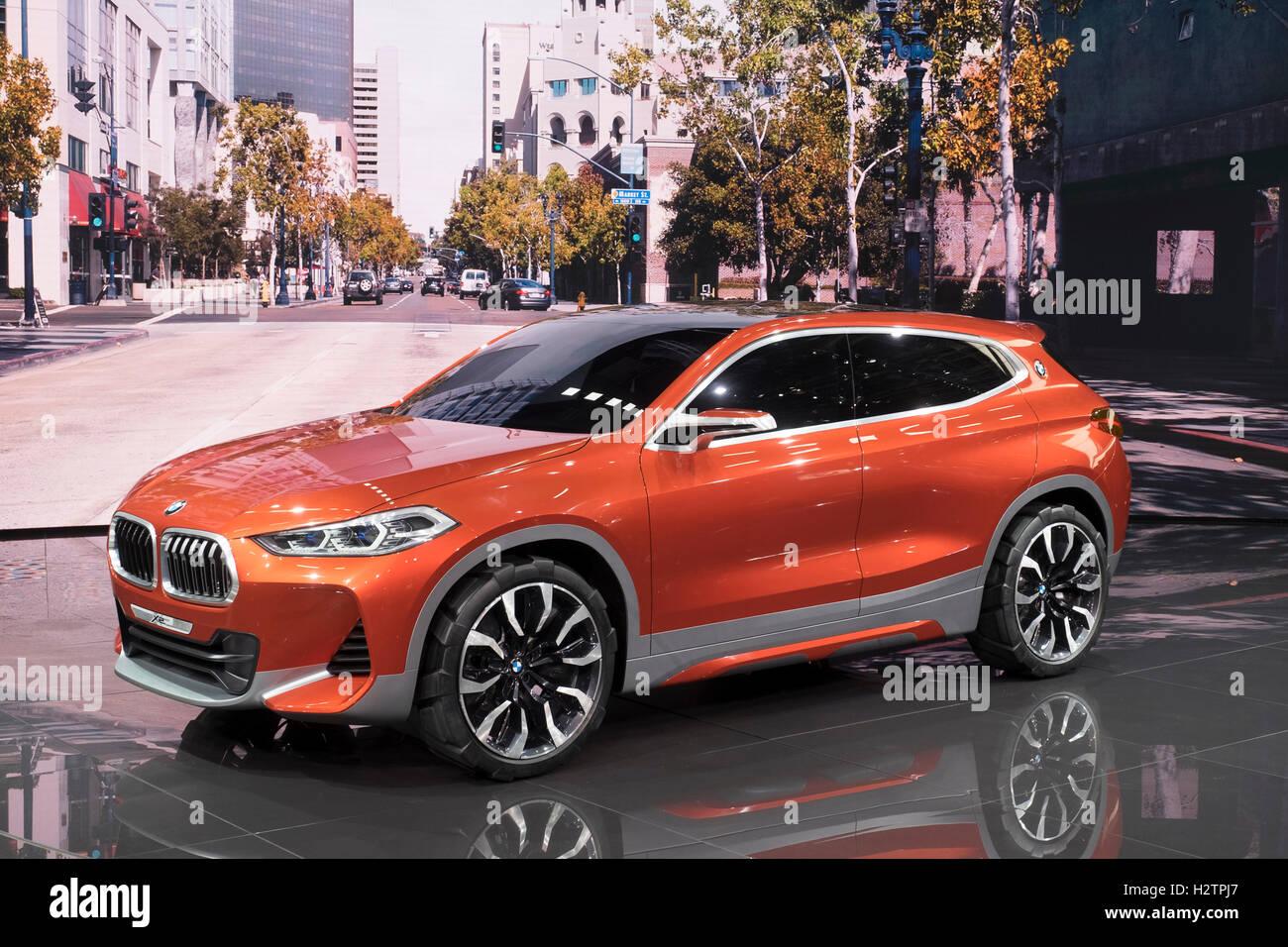 Vista del estreno mundial de BMW X2 concepto SUV en Paris Motor Show 2016 Imagen De Stock