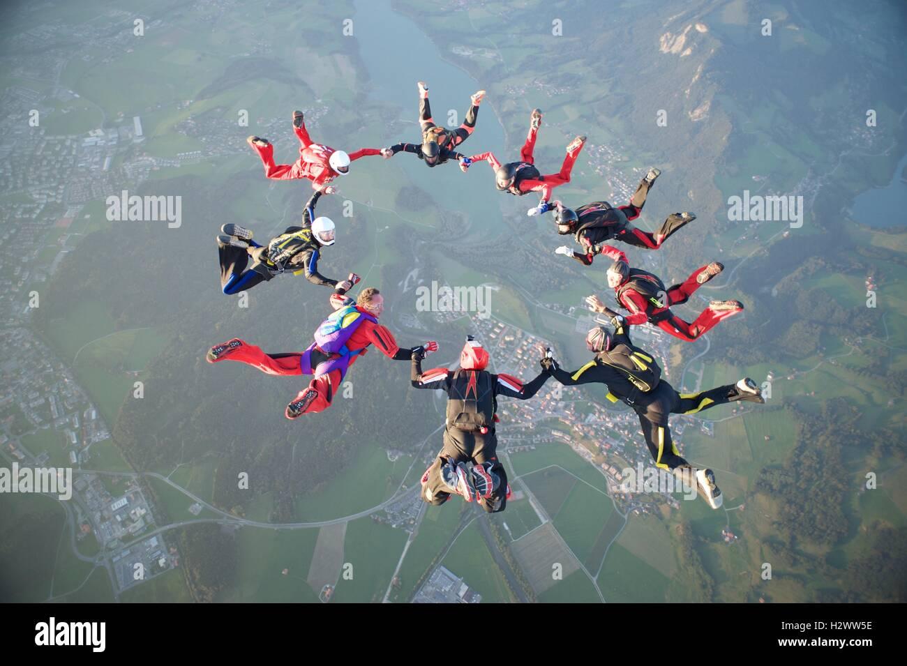 Nueve skydivers forman una estrella más de Gruyères en Suiza Imagen De Stock