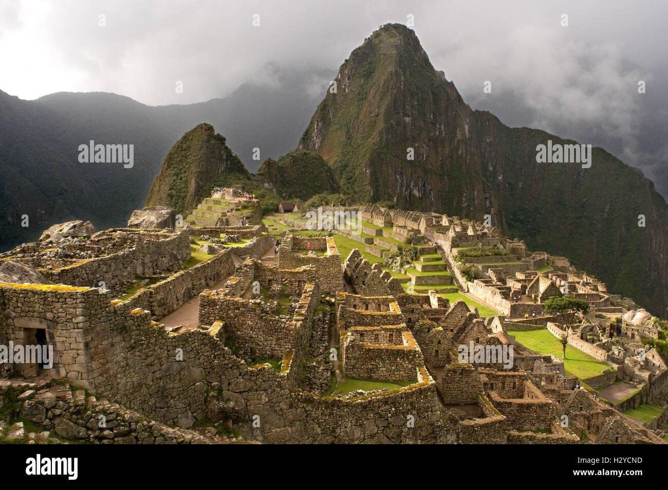 Dentro del complejo arqueológico de Machu Picchu. Machu Picchu es una ciudad situada en las montañas de Imagen De Stock