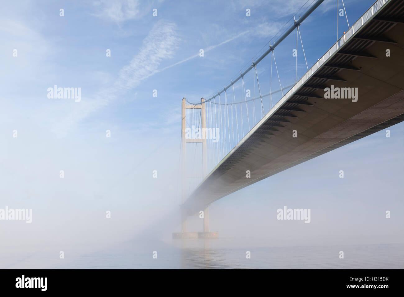 Barton-upon-Humber, Norte de Lincolnshire, Reino Unido. 3 de octubre de 2016. El Puente Humber envuelta en la niebla Imagen De Stock
