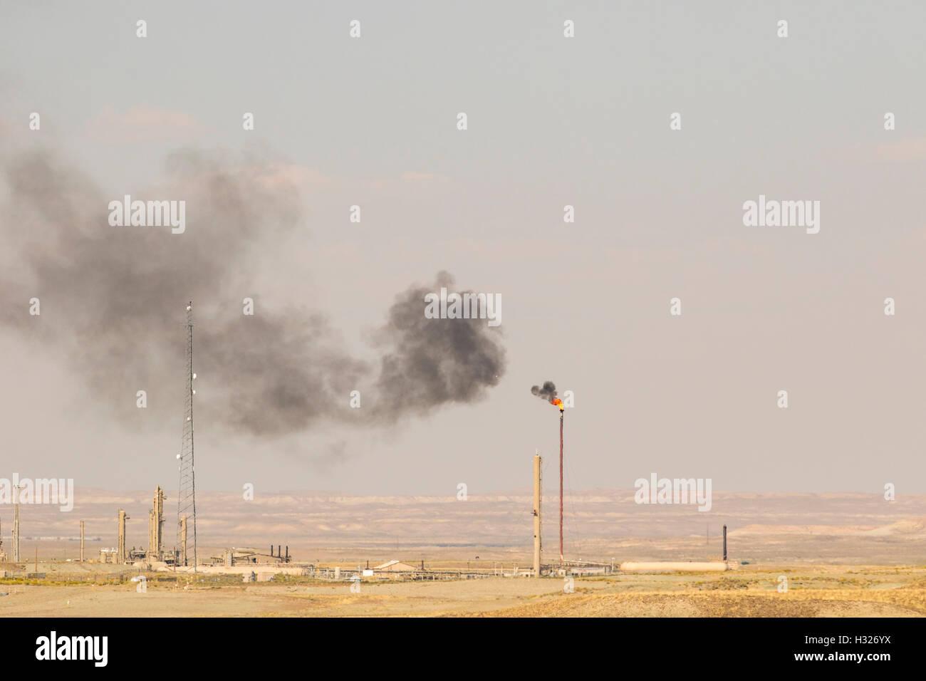 El cambio climático y el calentamiento global causado por la contaminación del aire por el humo, la pila. Imagen De Stock