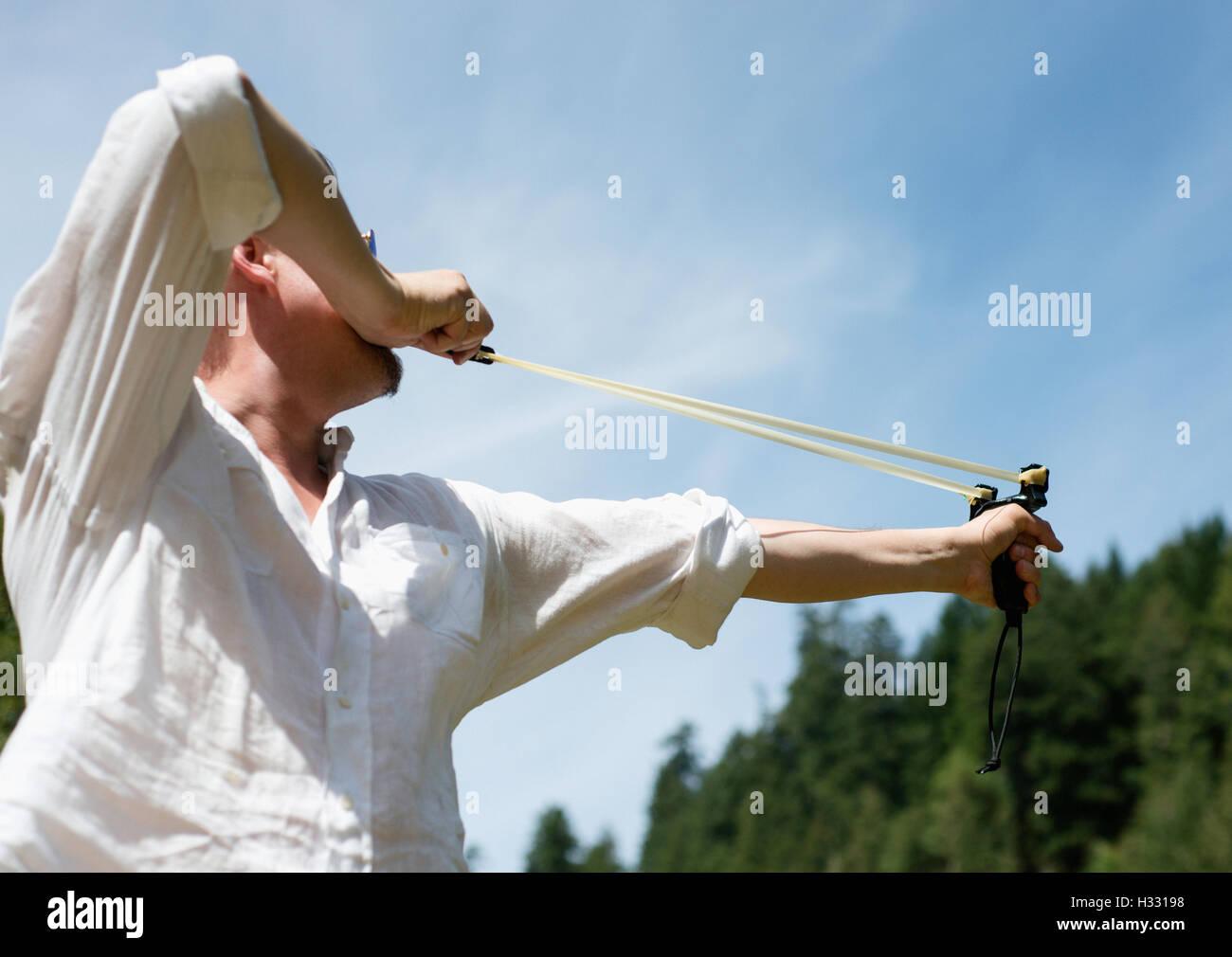 Un hombre dispara un sling shot Imagen De Stock